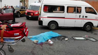 Muere aplastada pasajera de combi