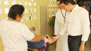 Mauricio Sahuí visita albergue de Progreso