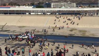 Migrantes burlan cerco de PF para cruzar la frontera a EU