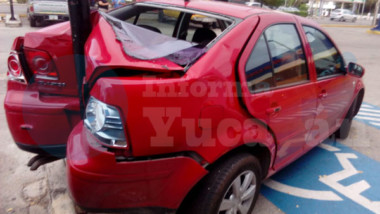 Intentó salir en reversa y destrozó su vehículo