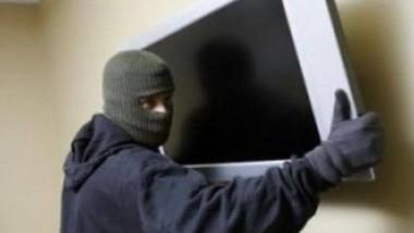Empleada descubre a ladrón mientras se llevaba una pantalla