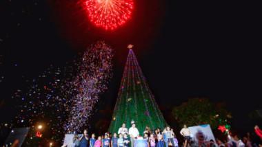 Encienden árboles navideños en el oriente y poniente