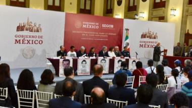 AMLO firma decreto para la comisión de la verdad del caso Ayotzinapa; no habrá impunidad, asegura