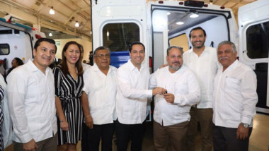 Progreso, Ticul, Tizimín, Peto Tekax y Mérida reciben ambulancias y equipo médico