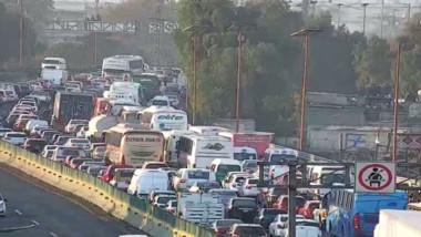 Transportistas 'paralizan' la autopista México-Pachuca y el Zócalo