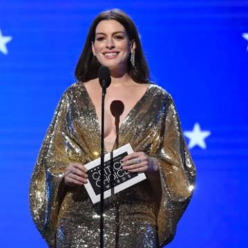 Anne Hathaway 'se roba los reflectores' con su outfit de los 70 en la alfombra de los Critic's Choice Awards