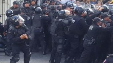 Suspenden a policía que aventó gas lacrimógeno a manifestantes