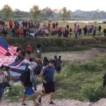 Con banderas de Honduras y EU avanzan migrantes