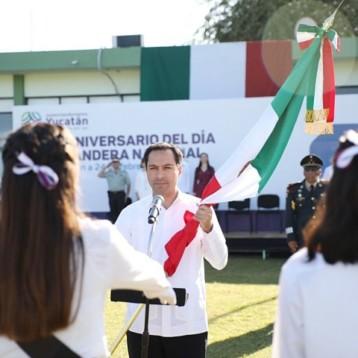 Gobernador abandera 35 escoltas de escuelas públicas