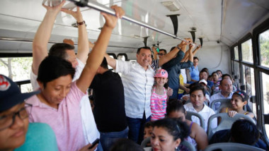 En camión llegó Renán al Carnaval de Mérida