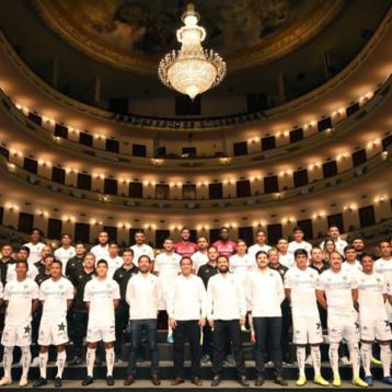 Toman fotografía oficial de los Venados FC en el Teatro Peón Contreras