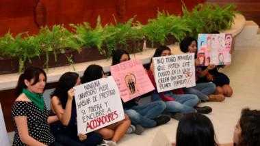 Alumnas se manifiestan en evento del Día Internacional de la Mujer de la UADY