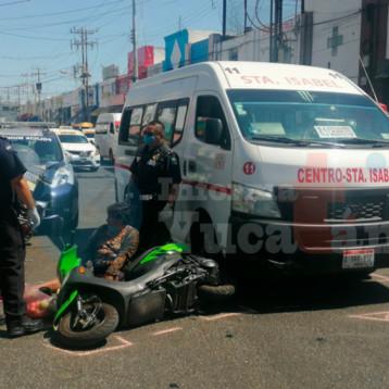 La atropellan con todo y moto en el centro de Mérida