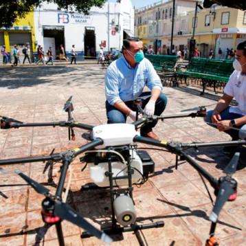 Sanitizan espacios públicos con drones