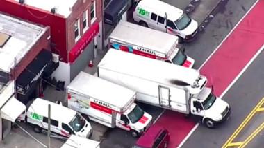 Policía de NY descubre camiones con docenas de cuerpos sin refrigerar