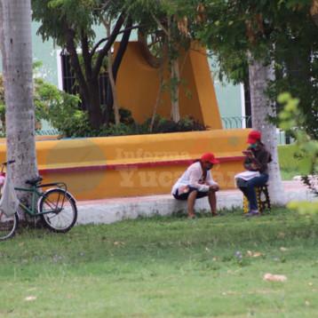 Joven yucateca toma clases en línea en un parque público