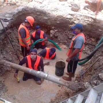 Continúan las reparaciones a tremendas fugas de agua potable en el Centro