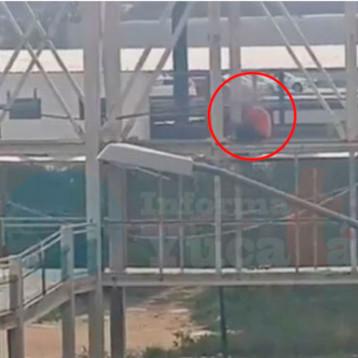 Adolescente intenta quitarse la vida desde un puente peatonal