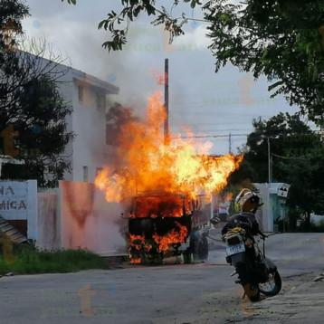 Se incendia camión con tanques de gas