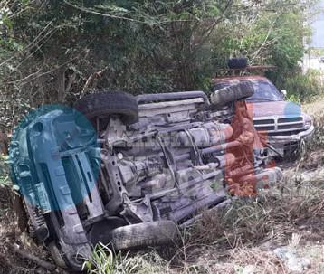 Vuelca camioneta en la vía  Conkal-Tekat