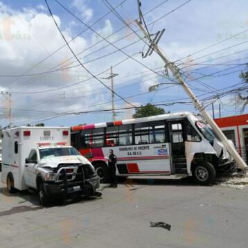 Choca ambulancia que transportaba pruebas covid19
