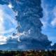 Fuerte erupción del volcán Sinabung en Indonesia
