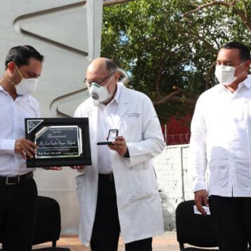 Durante homenaje a médicos advierten regreso al semáforo rojo si aumentan las hospitalizaciones