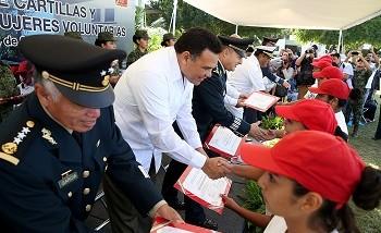 Entrega el Gobernador cartillas liberadas del SMN