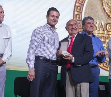 Peña Nieto reconoce a ganadero yucateco
