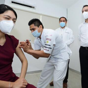 Vacunan contra el coronavirus a personal de salud del Hospital de Tekax