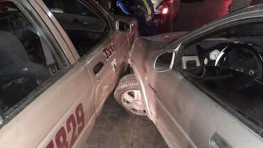 Choca contra un taxi estacionado