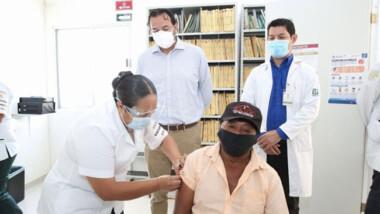 Vacunan a adultos mayores del municipio de Kaua