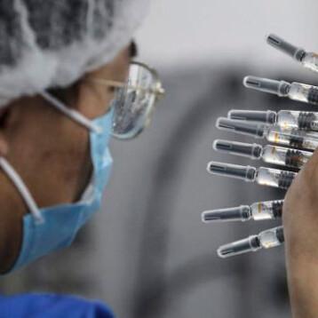 China admite menor efectividad de su vacuna contra el Covid-19 y estudia mezclar varias