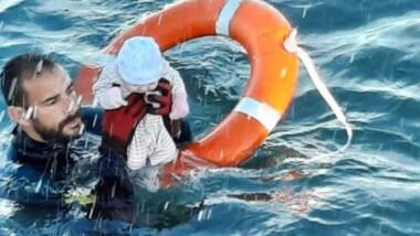 Bebé migrante es rescatado en el mar de Ceuta y foto se viraliza