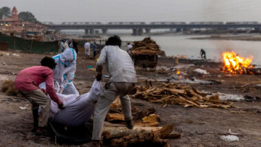 Cadáveres de posibles muertos por Covid flotan en el río Ganges de India
