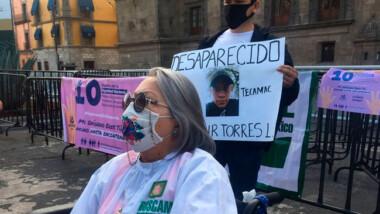 """Madres de desaparecidos protestan afuera de Palacio Nacional mientras AMLO """"celebra"""" el 10 de mayo con concierto"""