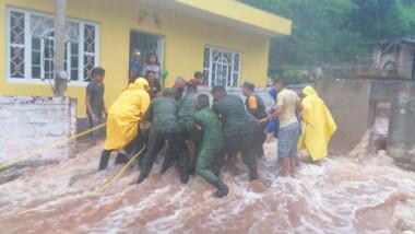 Militares rescatan a funcionario 'arrastrado' por la corriente en Tekax