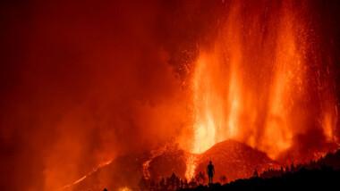 En España, desalojan a más de 5 mil por erupción de volcán en La Palma