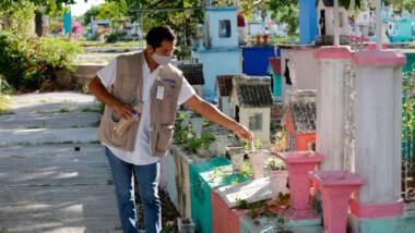 Limpian y fumigan cementerios de Mérida