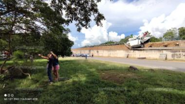 Camión de carga a punto de caer de Puente en Periférico (Video)